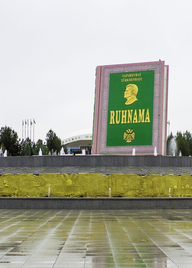 Ruhnama-monumentet i Asjkhabad
