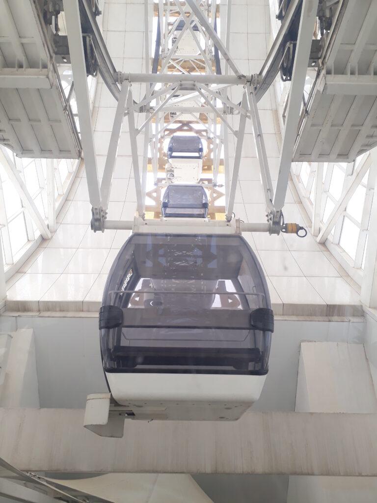 Verdens største indendørs pariserhjul set indefra.